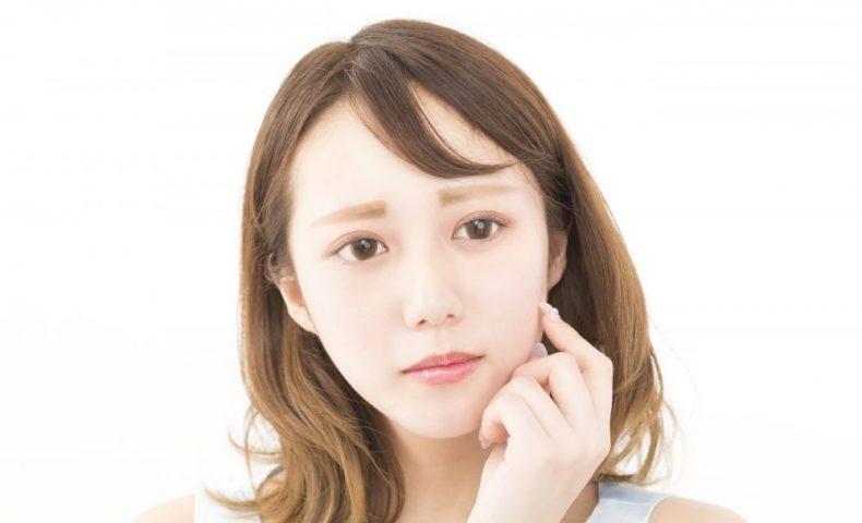 困った表情の若い女性
