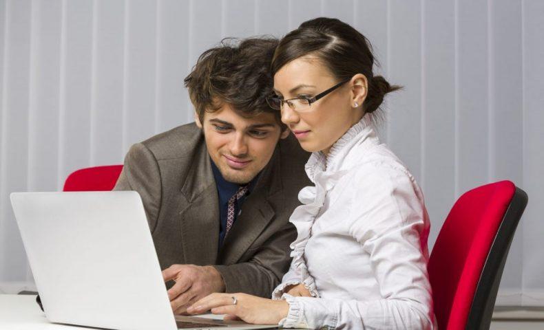 パソコンを見つめて至近距離な男女