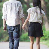 手を繋ぐ歩くカップル