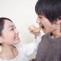 彼にクッキーを食べさせる彼女