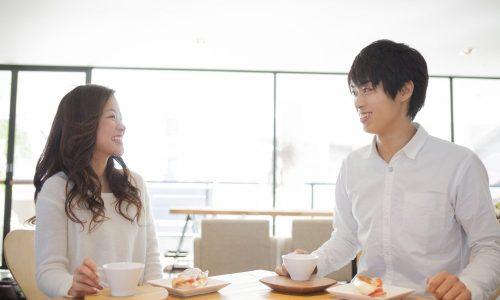 カフェでお茶するカップル
