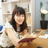 勉強しているかわいい女性