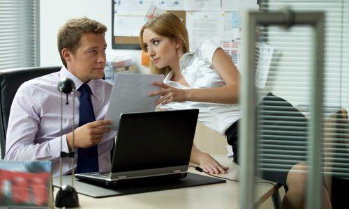 職場でイチャつく男女
