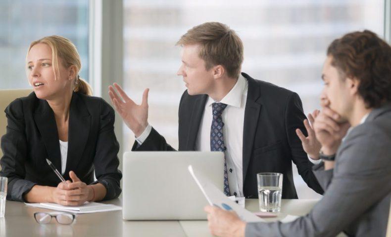職場で言い争う男女
