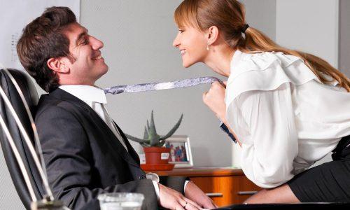 オフィスでイチャイチャしているカップル